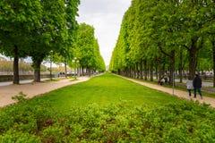 Een klein park langs de Zegenrivier in Parijs, Frankrijk stock afbeelding