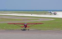 Een klein rood propellervliegtuig Royalty-vrije Stock Fotografie