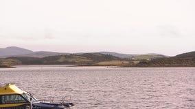 Een klein schip op een brede overzees stock footage