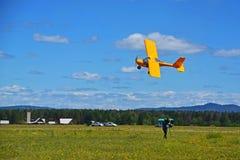 Een klein sportenvliegtuig vliegt bij een lage hoogte De mens neemt vlucht op video Royalty-vrije Stock Foto