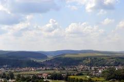 Een klein stad en een landschap met heuvels Royalty-vrije Stock Foto's