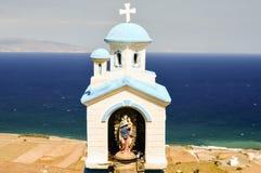 Een klein standbeeld van Madonna en de Jesus die het overzees op t overzien royalty-vrije stock foto