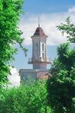 Een klein torentje met een spits en een leeg panoramisch terras rond de muren royalty-vrije stock afbeeldingen