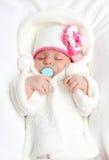Een kleine baby ligt in bed Stock Fotografie