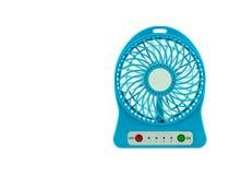 Een kleine blauwe mobiele ventilator op een witte achtergrond Royalty-vrije Stock Afbeeldingen
