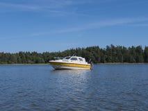 Een kleine boot op een meer stock foto's