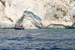 Een kleine boot wordt gedokt bij één van de vele stranden langs de rotsachtige kust van Zakynthos, Griekenland stock foto