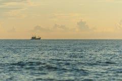 Een kleine boot in zonsondergang Stock Fotografie