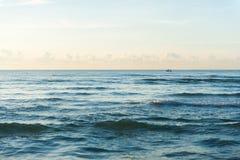 Een kleine boot in zonsondergang Royalty-vrije Stock Foto