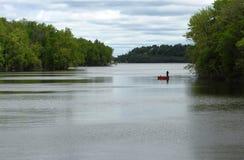 Een kleine bootzeilen langs de rivier Royalty-vrije Stock Afbeelding