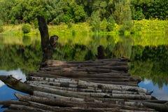 Een kleine brug met mooi meer Stock Afbeeldingen