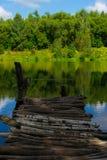 Een kleine brug met mooi meer Stock Afbeelding