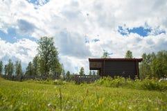 Een kleine cabine bij de berg Royalty-vrije Stock Afbeeldingen