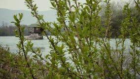 Een kleine cabine op de rivier stock footage