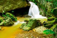 Een kleine cascade in wildness van tropisch Thailand Stock Foto's