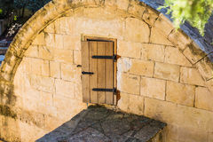 Een kleine deur in een zolder in de vorm van een kerk in de binnenplaats van een oud Europees kasteel Stock Afbeeldingen