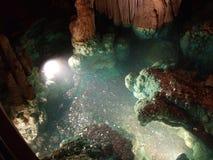 Een kleine die vijver in Luray Caverns Virginia wordt gevormd Stock Foto's