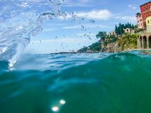 Een kleine duidelijke golf in een Augustus-overzees stock foto's