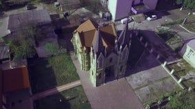 Een kleine Europese stad met een kerk in het centrum