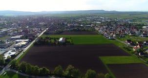Een kleine Europese stad met een kerk in het centrum, Europese architectuur, een Europees dorp stock videobeelden