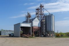Een kleine fabriek voor de verwerking van korrel Agro-industriële Installatie op het landbouwbedrijf royalty-vrije stock fotografie