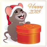 Een kleine grappige muis met een grote, ronde, rode giftdoos Royalty-vrije Stock Afbeeldingen