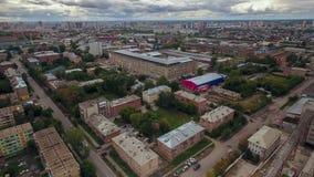Een kleine grijze stad de mening van de hommel Rusland stock footage