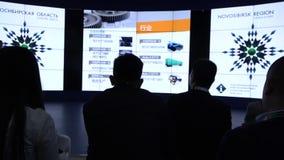 Een kleine groep mensen van Aziatische nationaliteit in de zaal tijdens de conferentie stock footage