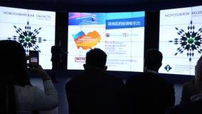 Een kleine groep mensen van Aziatische nationaliteit in de zaal tijdens de conferentie HD stock video