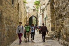 Een kleine groep toeristen die de smalle Bab Hutta-kant lopen stre Royalty-vrije Stock Afbeelding