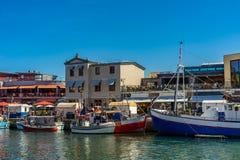 Een kleine haven in de loop van de dag met vele kleine boten stock fotografie