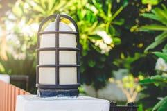 Een Kleine het Huis en de Tuinlamp Pool van Omheiningslamp pole of van Huis en Stock Foto