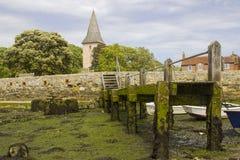 Een kleine houten die pier met eendenmosselen en zeewier in de haven bij Bosham-dorp in West-Sussex in het Zuiden van Engeland wo royalty-vrije stock foto