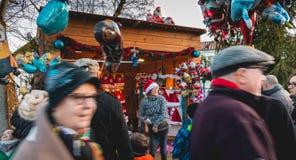 Een kleine houten hut of is verkochte Kerstmanhoeden en ballons Stock Foto's
