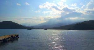 Een kleine houten pijler in het overzees Mening van Tahtali-berg, Turkije stock video