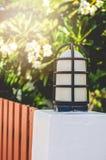 Een Kleine Huis en een Tuin van Omheiningslamp pole of Royalty-vrije Stock Foto's