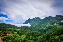 Een kleine hut in de wildernis van Thailand stock foto's