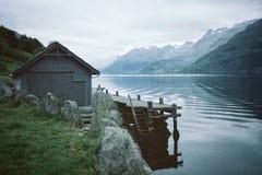 Een kleine hut met een dok bij een rivier royalty-vrije stock foto