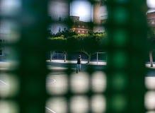 Een kleine jongen binnen school bij sportenhof royalty-vrije stock foto's