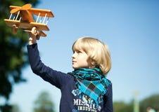Een kleine jongen die zijn vliegtuig vliegen Royalty-vrije Stock Foto