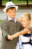 Een kleine jongen en een meisje die een langzame dans dansen Stock Foto's
