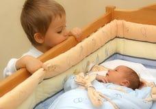 Een kleine jongen en zijn jongere broer Royalty-vrije Stock Afbeeldingen