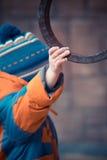 Een kleine jongen grijpt het traliewerk van een metaalhandvat Royalty-vrije Stock Afbeeldingen