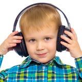 Een kleine jongen in grote stereohoofdtelefoons Royalty-vrije Stock Foto's