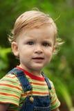 Een kleine jongen in het gestreepte overhemd Stock Afbeeldingen