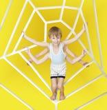 Een kleine jongen met 6 handen zoals een spin royalty-vrije stock foto's