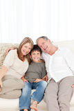 Een kleine jongen met zijn grootouders Royalty-vrije Stock Afbeeldingen