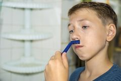 Een kleine jongen probeert te scheren en weet hoe niet stock foto's
