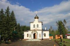 Een kleine kerk dichtbij de Okovetsky-lente stock foto