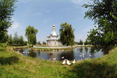Een kleine kerk in het midden van het meer Royalty-vrije Stock Foto